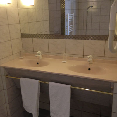 Salle de bains chambre hôtel de la gare à Bar le Duc