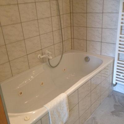 Salle de bains avec baignoire et douche hôtel de la gare Bar le Duc