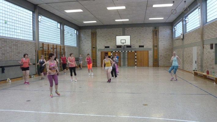 Zumba-Workout mit Steffi in der Turnhalle und im Sommer am Sportplatz