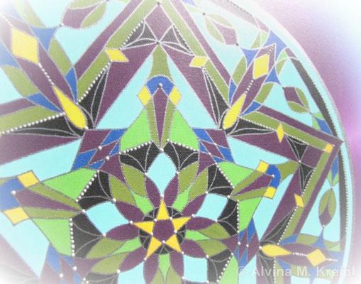 <b>Detailansicht</b>  <p></p>Geburtsmandala, Leinwanddruck mit nachgearbeiteten silberfarbenen Konturen.