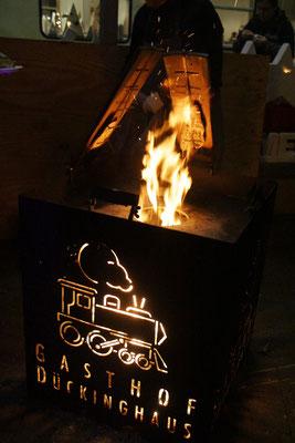 Flammlachs im Feuerschein