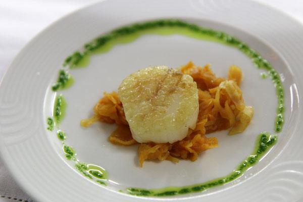 Gruß aus der Küche | Gebratene Jakobsmuschel auf Szegediner Kraut | Muskattrollinger Rosé · Weingut Sonnenhof · Württemberg