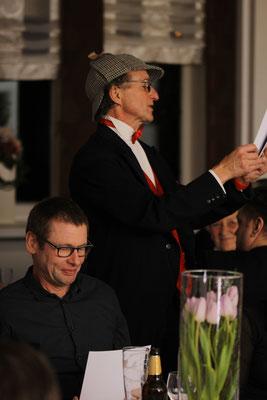 Sherlock Holmes verteilt die Urkunden an die Dritt- und Zweitplazierten.