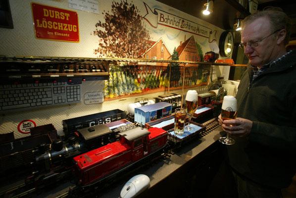 Hermann Dückinghaus belädt einen Getränkezug