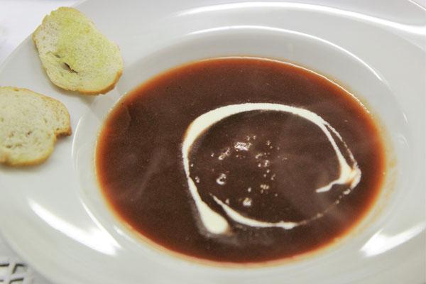 Suppe | Rote Bete Suppe · Brot | Weißburgunder & Chardonnay · Weingut Machmer · Rheinhessen
