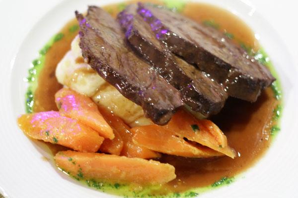 Hauptgang | Geschmorte Ochsenbäckchen auf Kartoffel-Sellerie-Stampf mit glasierten Karotten