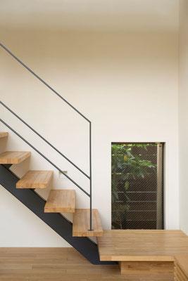 小窓・美しい階段