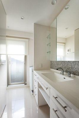 洗面を思い切って広く明るい空間にすると、思いの外、気持ちの良い空間になります。洗濯機がある場所からバルコニーへ出れると家事動線が短く家事楽になります。洗面