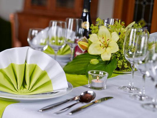 Gasthof Hartlef, Stade, Saalbetrieb, Tisch-Dekoration, Blumen