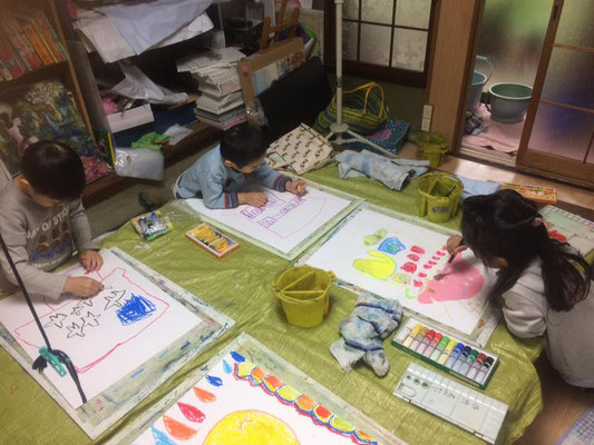 アトリエ・アミの子どもたちが ninguruの帽子をモデルに たくさんの絵を描いてくれました。ホームページの挿絵にしてます!