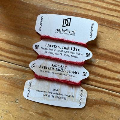 Einladungskarte in Form einer Garnspule aus Pappe.