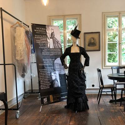 Rollup für eine Ausstellung. Hier mit zugehörigen Kostümen im Schloss Nidda.