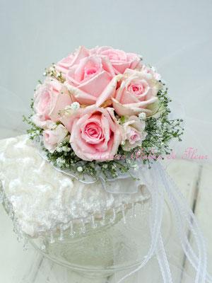 生花の淡いピンクのバラのブーケトス用のミニブーケ