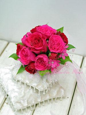 生花の濃いピンクのバラのブーケトス用のミニブーケ