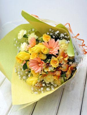 ピーチカラーのガーベラと黄色のバラの花束