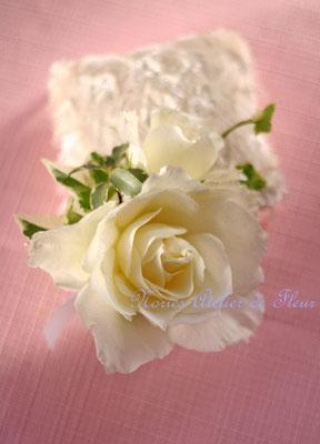 白いバラとスカビオサのラウンドブーケ ブトニア