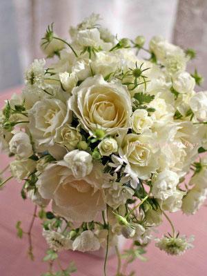 白いバラとスカビオサのラウンドブーケ