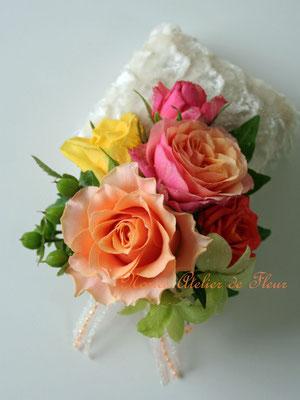 生花 オレンジのバラとグリーンのデンファレのラウンドブーケ 花婿様のブトニア