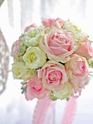 生花 淡いピンクのバラのラウンドブーケ