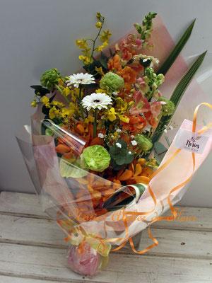 オレンジ系のスナップドラゴン、オンシジウム、グリーンのピンポンマムの花束
