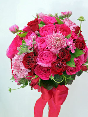 生花 ピンクのバラとスカビオサのラウンドブーケ