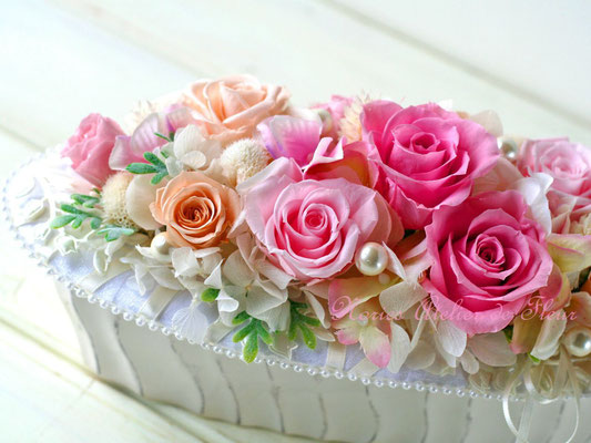 Oval オーバル 横長の花器に 淡いピンク系のプリザーブドローズ