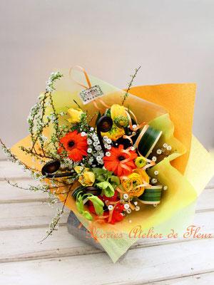 オレンジのガーベラや黄色のラナンキュラスの花束