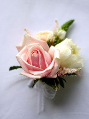 生花 淡いピンクのバラのラウンドブーケ 花婿様のブトニア