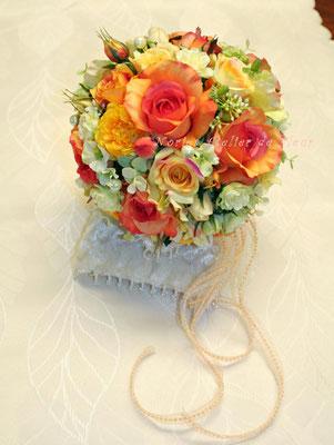 アーティフィシャルフラワーで制作した オレンジのバラとグリーンのデンファレのラウンドブーケ