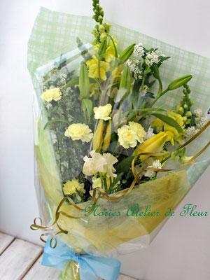 黄色のスカシユリと黄色のカーネーションの花束