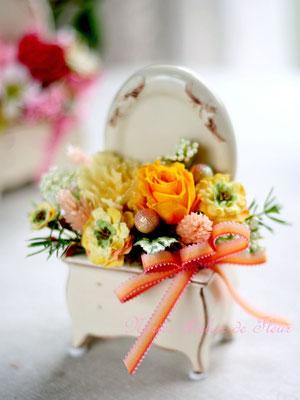 ドレッサーの形の花器に イエロー・オレンジ系のプリザーブドフラワーのアレンジメント
