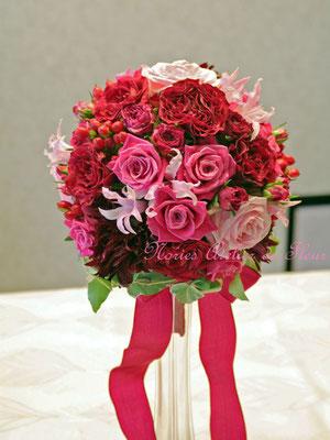 生花 赤いダリアとピンクのバラのラウンドブーケ