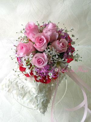 生花のピンクのバラとカスミソウのブーケトス用のミニブーケ