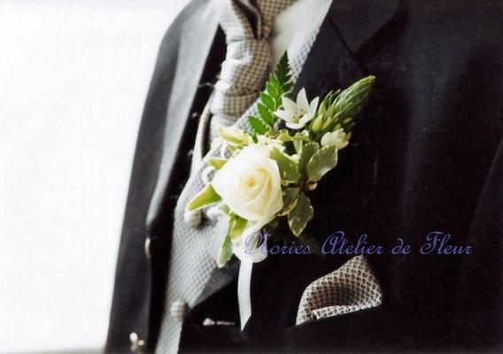 生花 カップ咲きのバラとアイビーのラウンドブーケ ブトニア