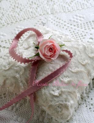 おそろいの花材で首元を飾るチョーカー