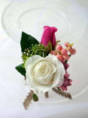 ピンク、パープル系のアーティフィシャルフラワーのラウンドブーケ サラ 花婿様のブトニア