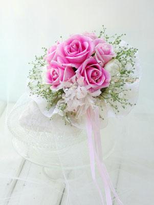 生花のバラとカスミソウのブーケトス用のミニブーケ