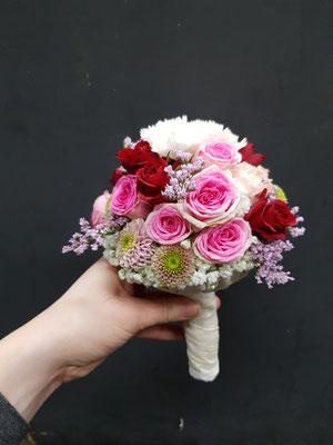 klassischer Brautstrauß in rosa bis rot
