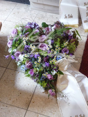Trauergesteck lila Herz Einfach Blume