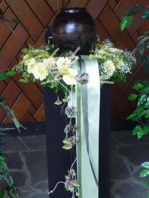 Urnenkranz leicht abfallend weiß Einfach Blume