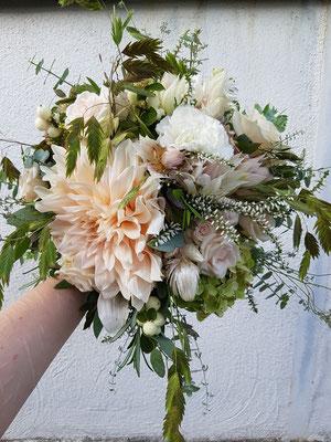 Vintage Brautstrauß in Elfenbein und sehr hellem Apricot