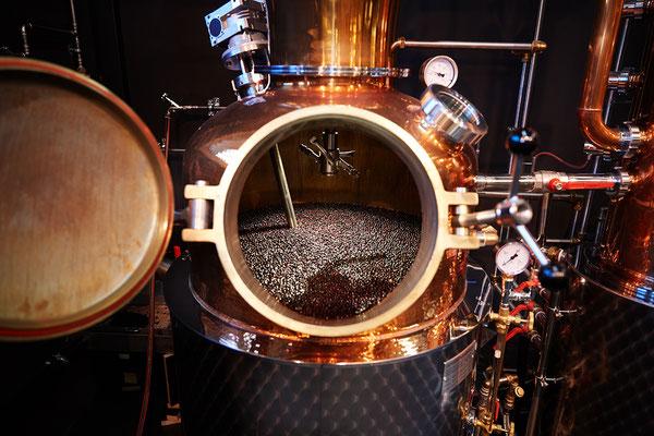 Brennkessel mit Wachholder als Basis für das Brennen von Gin