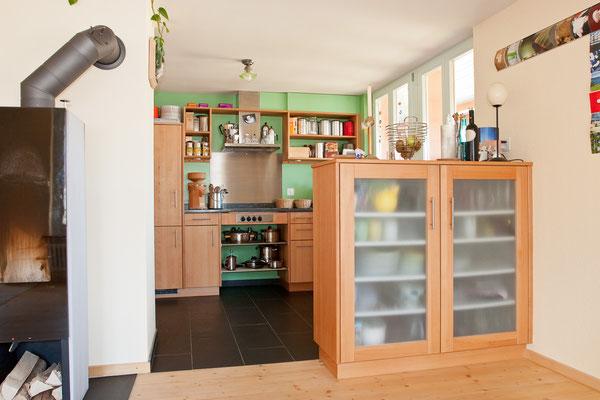 Küche und Geschirrschrank aus Buchenholz.