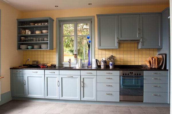 Küche mit gestemmten Türen, farbig gestrichen.