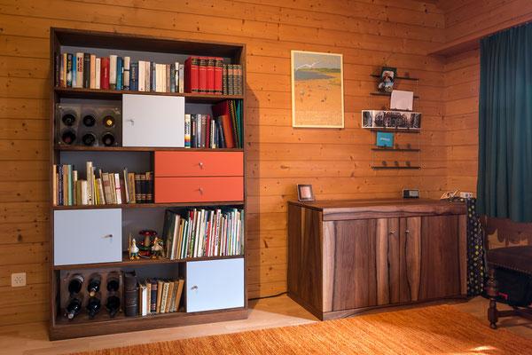 Bücherregal mit farbigen Türen und Schubladen. Sekretär aus Nussbaumholz.