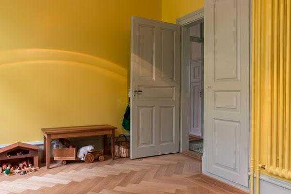 Wandschrank und Zimmertüre farbig gestrichen.