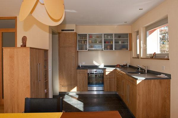 Küchenmöbel aus Eiche, Oberschränke mit Glastüren.