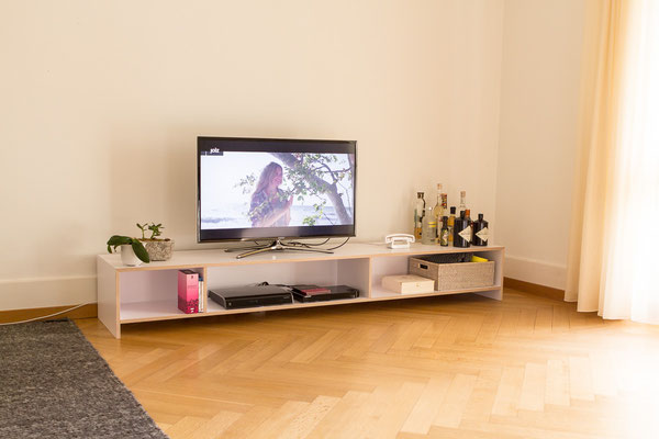 TV Möbel aus weiss beschichtetem Birkensperrholz.