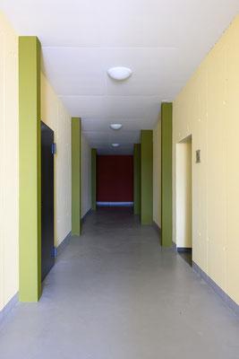 Farbgestaltung eines Mehrfamilienhaus Einganges.