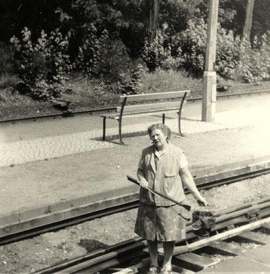 1974: Bahnhofshelferin beim Schmieren der Weiche 3